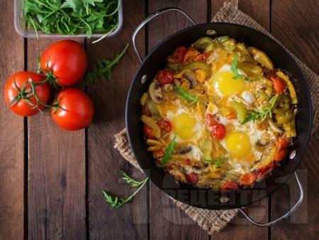 Пържени зеленчуци с яйца на тиган (гъби, чушки, чери домати) - снимка на рецептата